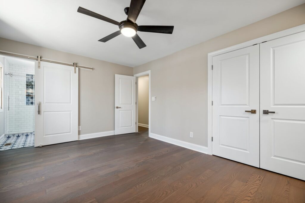 A room with a ceiling fan